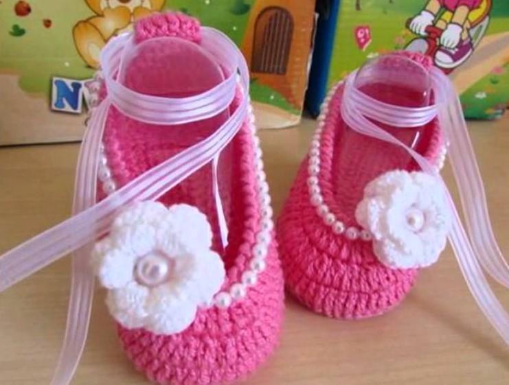 Bellos zapatitos de bebe tejidos para niñas