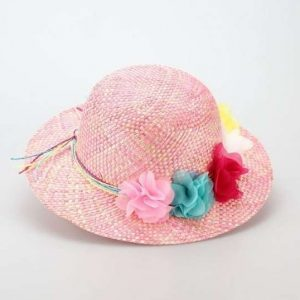 Bello sombrero con detalle de flores de colores