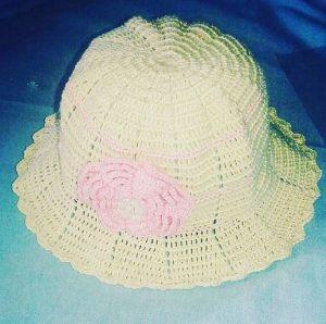 Sombrero crema con detalle rosa