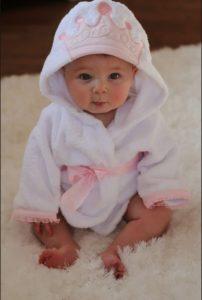 tierna bebe con bata de baño