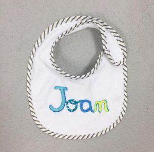 """Tierno babero personalizado con nombre de bebe """"Joan"""""""