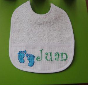 """Babero con nombre de bebe """"Juan"""""""