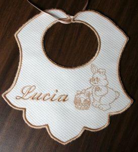 """Elegante babero con nombre de bebe """"Lucia"""""""