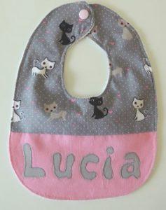 "Hermoso babero personalizado con nombre ""Lucia"""