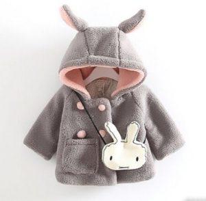 Tierno abrigo modelo conejito