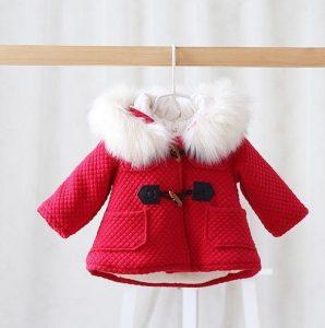 Tierno abrigo niña estilo navideño