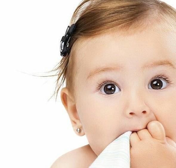 bebe recien nacida con arete