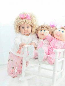 Bebe y muñeca con gorro peluca de lana