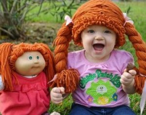 Muñeca y bebita con hermoso gorro de lana