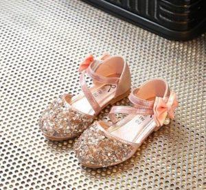 Elegante sandalia con lazos