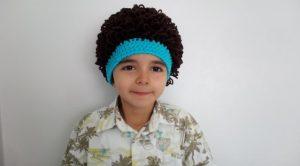 Niño con gorro peluca color negro