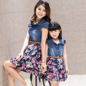 Madre e hija con vestido jenas iguales