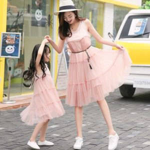 Madre e hija con vestido melón iguales