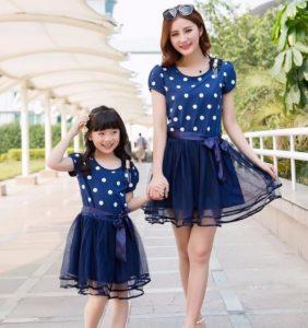 Madre e hija con vestido azul igualitas