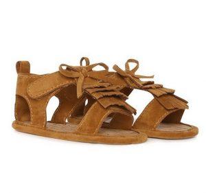 Novedosa sandalia con pasadores