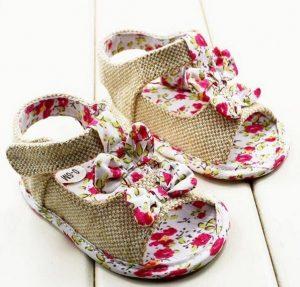 Sandalia floreada para bebe