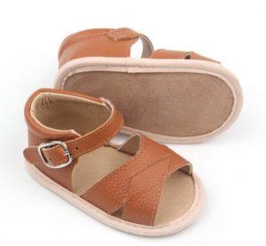 Tierna sandalia color marrón