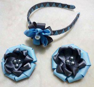 Vincha azul con una hermosa flor