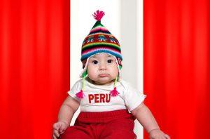 Bebe luciendo chullo andino Peruan