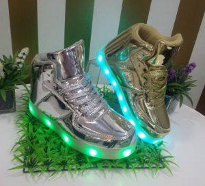 Moderna bota para niña con luces en la planta