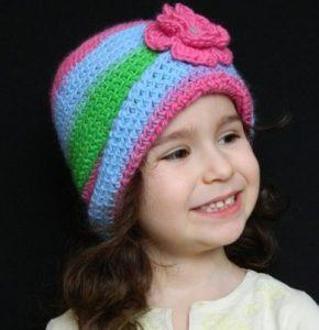 Colorido gorro tejido a mano para niña