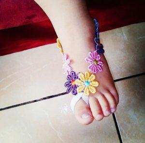 Hermosas sandalias pies descalzos con flores de colores
