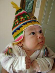 Tierno bebe con hermoso chullo andino