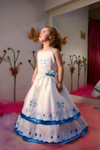 Lindo vestido de promoción con aplicaciones turqueza
