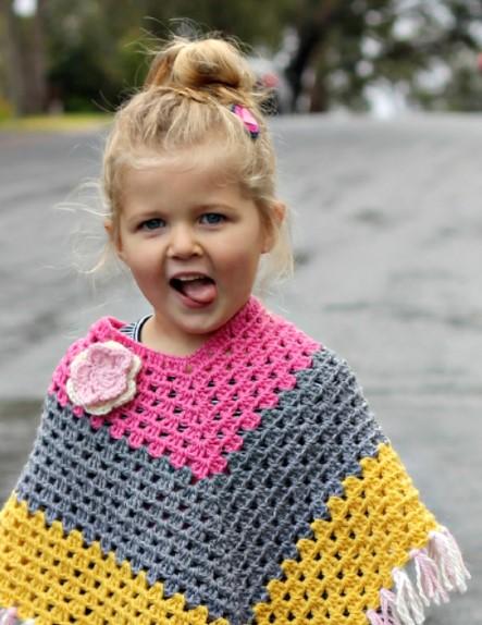 niña con poncho tejido a mano
