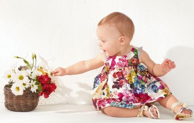 bebita con vestido floreado