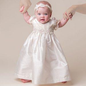 Linda niña con vestido de bautizo