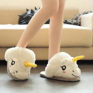 niña luciendo pantufla unicornio
