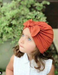 Niña luciendo hermoso turbante