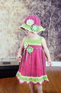 niña luciendo vestido tejido a mano