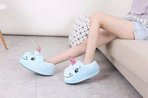 niña luciendo pantufla con diseño de unicornio