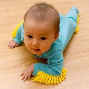 Novedosas ropas de bebe que te ayudan a limpiar el piso