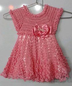 bello vestido tejido a crochet para niña