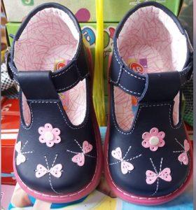 Zapatito pibe para niña con aplicaciones de flores