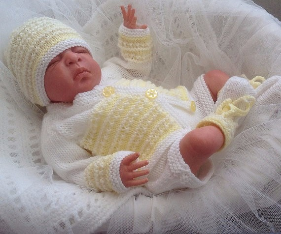 bebe con ajuar tejido color amarillo
