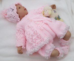 bebita con ajuar tejido a mano