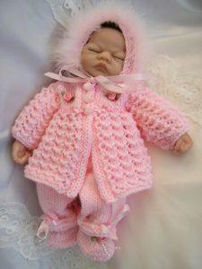 bebita con ajuar tejido a mano color rosado
