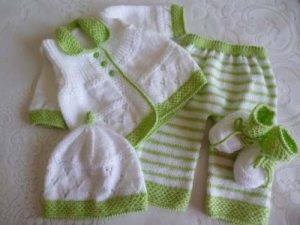 ajuar de bebe tejido a mano color verde